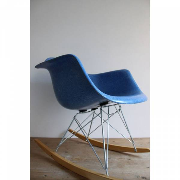 authentique fauteuil rar rocking arm chair eames de couleur medium blue meuble et d coration. Black Bedroom Furniture Sets. Home Design Ideas