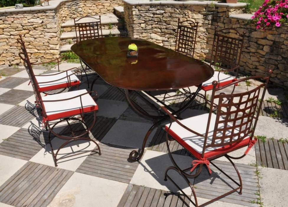un ensemble table et chause en fer forg pour la terrasse. Black Bedroom Furniture Sets. Home Design Ideas