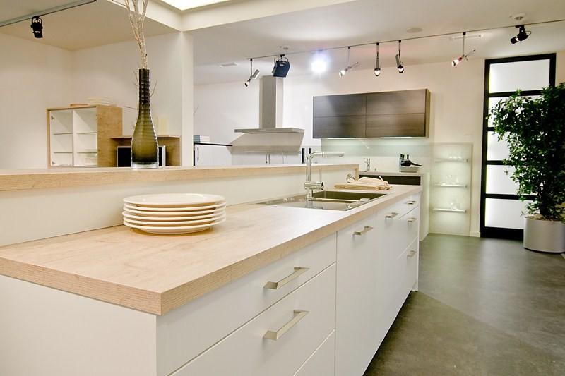 Cuisine contemporaine blanche mat plan de travail bois - Cuisine blanche avec plan de travail bois ...
